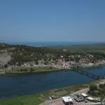 Rieka Buna v pozadí Skadarské jazero z ktorého vyteká.